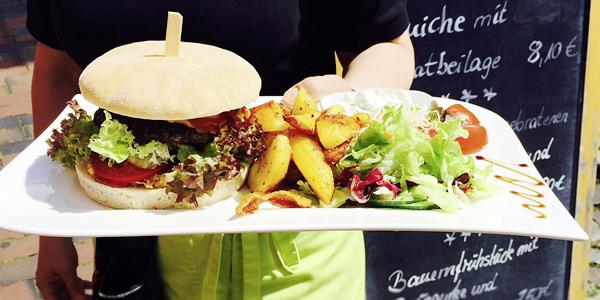 Ein Gericht aus unserem wechselnden Mittagstisch: leckere Burger